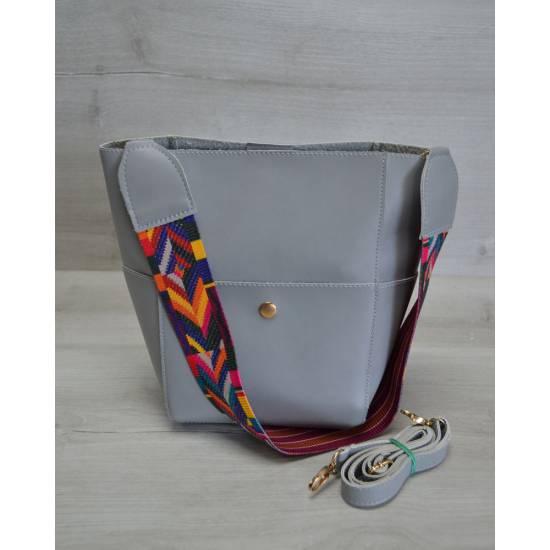 Серая сумочка с клатчем и ярким ремнем