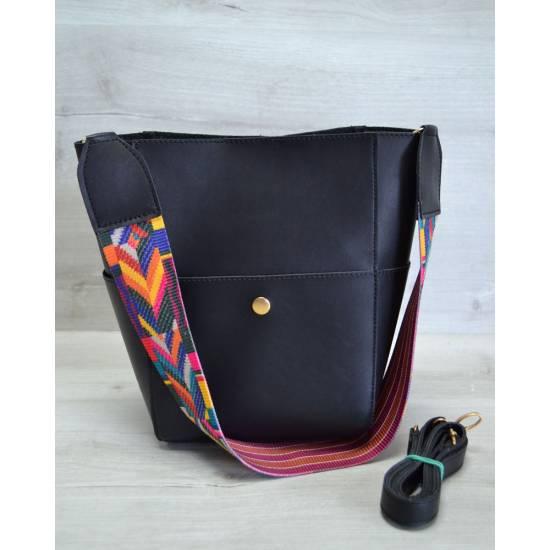 Стильная сумочка черного цвета с клатчем и ярким ремнем