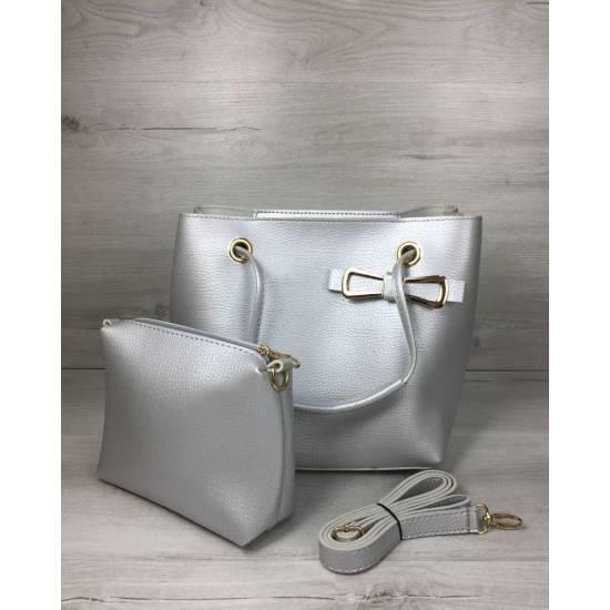 Молодежная сумочка серебристого цвета с косметичкой
