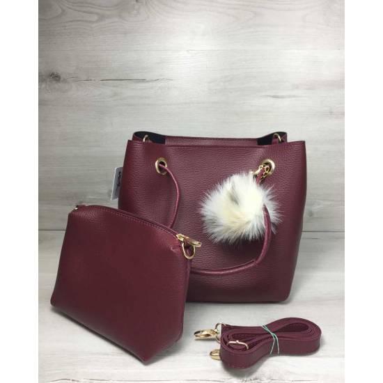 Бордовая сумочка с косметичкой украшена пушком