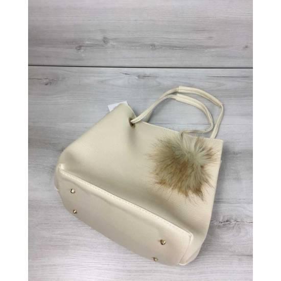 Бежевая сумочка с косметичкой украшена пушком